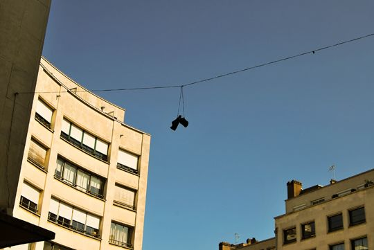 """La mode du """"shoe tossing"""", venue des Etats Unis"""
