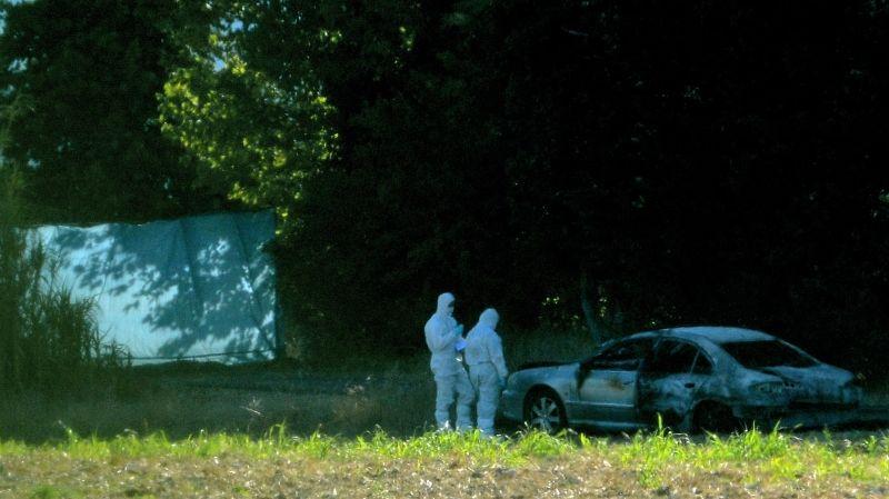 La voiture brulée où les corps ont été découverts, chemin des Ballardes à l'Isle-sur-la-Sorgue