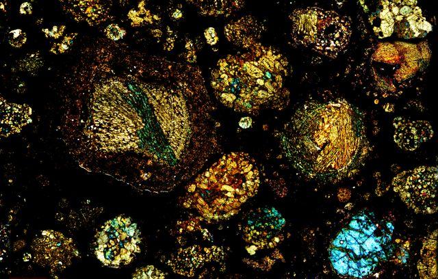 vue microscopique  - météorite NWA 3118 - chondrite carbonée