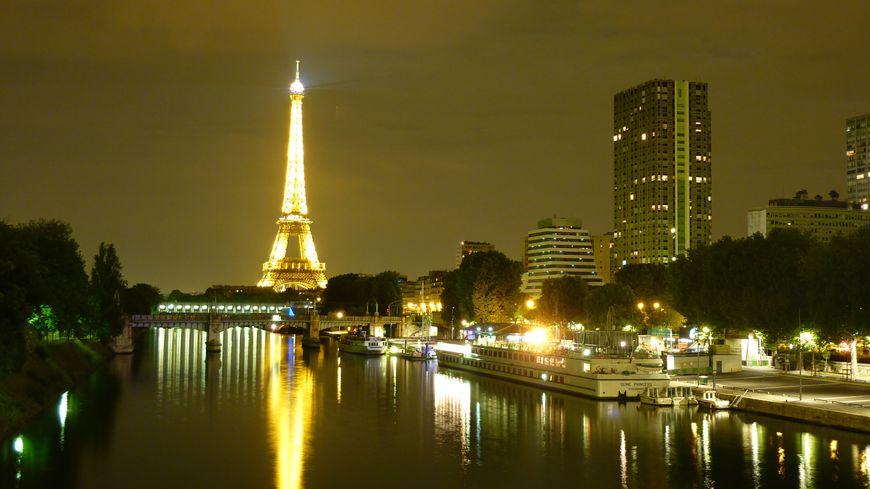 La tour Eiffel depuis le pont de Beaugrenelle sur la Seine.