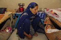Fatima vient d'avoir des jumelles. Elle a accouché chez elle car l'hôpital le plus proche est à 70km. Alors que la naissance d'u