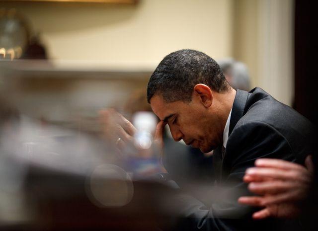 Le Président des États-Unis Barack Obama réfléchit durant une réunion budgetaire dans la chambre Roosevelt le 27 avril 2009