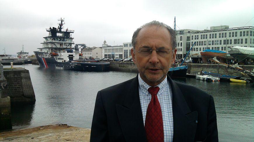 Jean-Paul Hellequin devant l'Abeille Bourbon l'autre remorqueur de haute mer basé à Brest