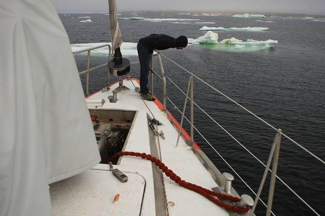 Tara et son équipage, au mouillage à l'entrée du détroit de Vilkitsky, attendent le retour du brise-glace Yamal