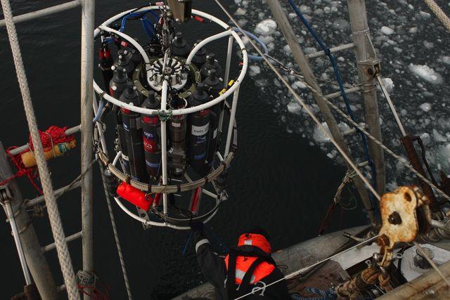 Remontée de la rosette CTD au milieu de la glace, en mer de Kara.