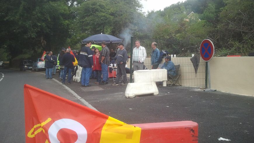 Les facteurs grévistes du centre de tri de La Poste de Sarlat se relaient sur le piquet de grève
