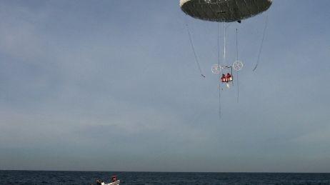 Ils réussissent la première traversée de la Manche en ballon électrique