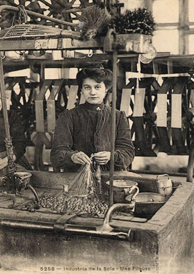 Une fileuse de soie en Ardèche - vers 1900