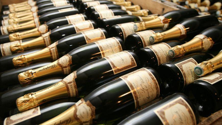Des bouteilles de Champagne en cave