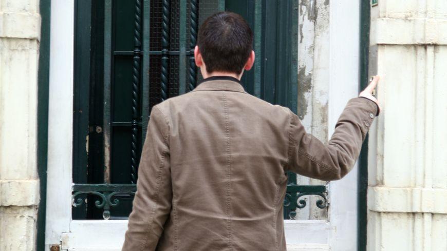 VRP représentant porte-à-porte toc toc c'est pour le calendrier salaud voleur