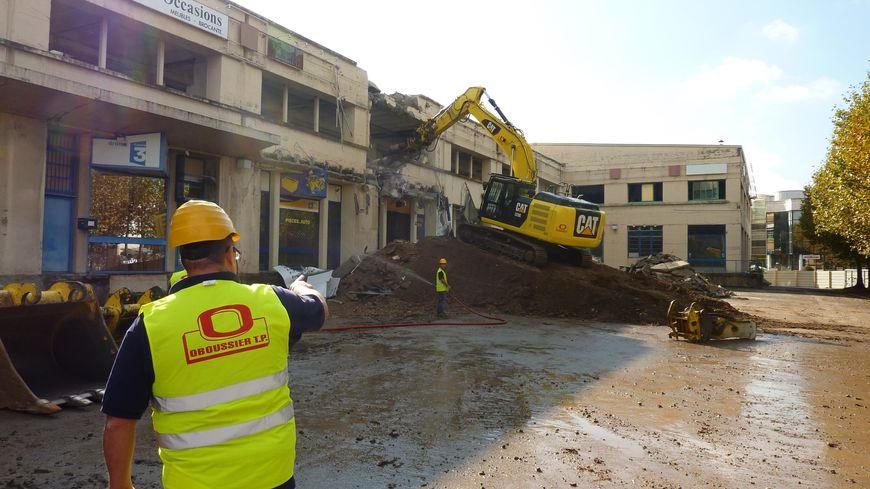 La pelleteuse commence la démollition de l'immeuble Cime à Valence le 30 septembre 2013