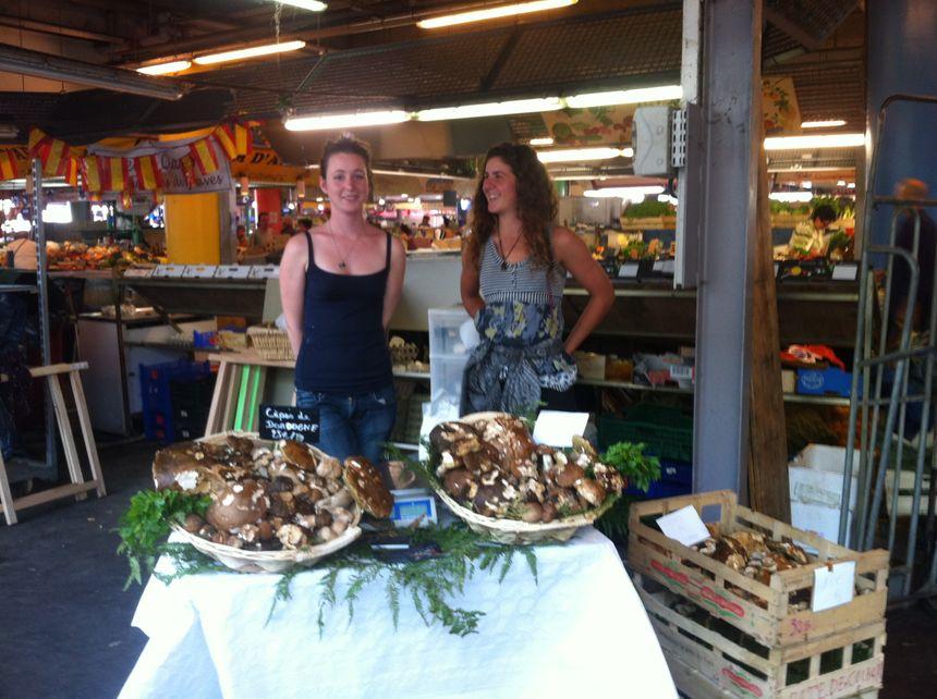 Laurine vend les cèpes qu'elle a cueillis chez elle en Dordogne à Bordeaux sur le marché des Capucins