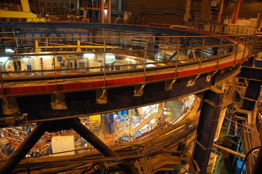 Superphénix - Centrale de Malville, prise à l'intérieur du bâtiment réacteur (avec tous les câbles)