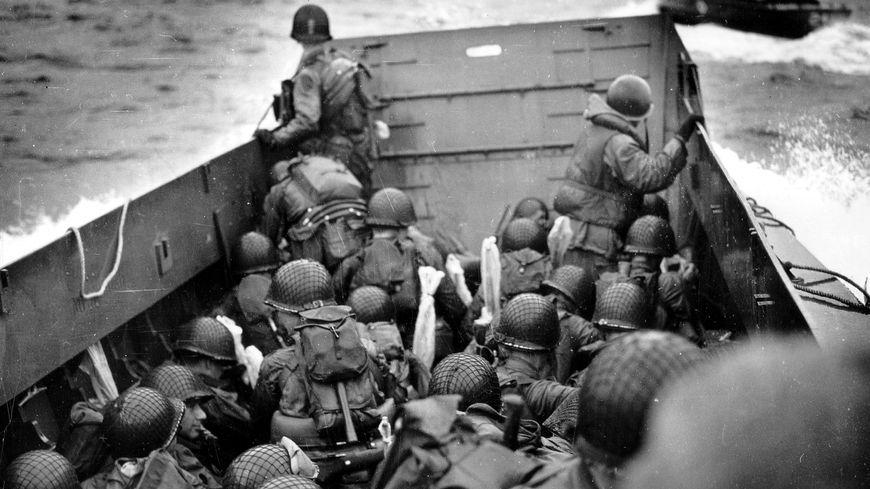 Débarquement américain en Normandie : à bord d'une barge face à Omaha Beach.
