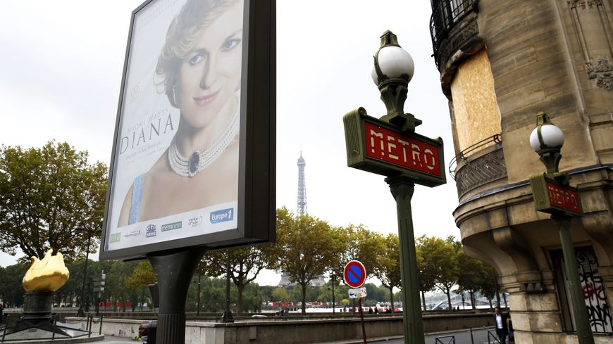 """L'affiche du film """"Diana"""" devant le pont de l'Alma, à Paris"""