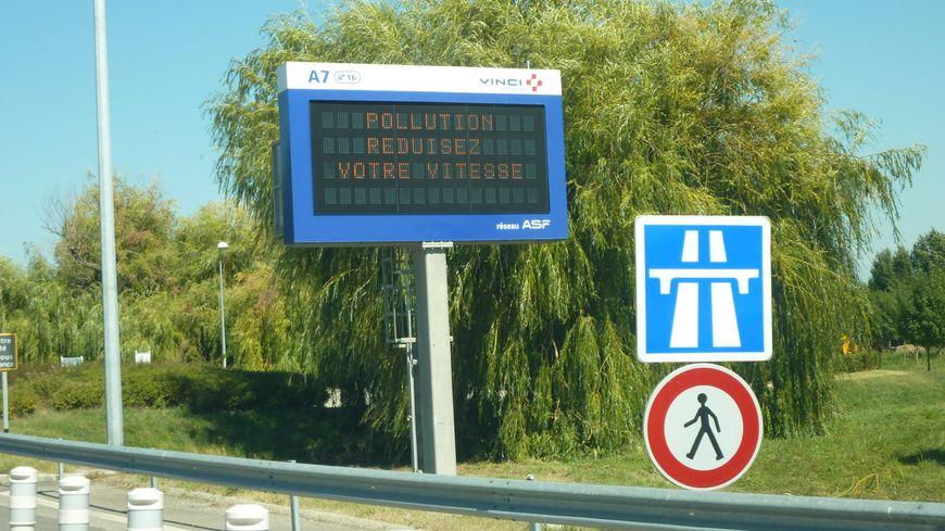 Un panneau annonce un pic de pollution dans la vallée du Rhône - image d'illustration.