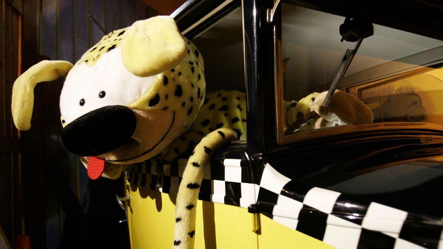 """Le Marsupilami et la fameuse voiture de Gaston Lagaffe, célèbres personnages du """"Journal de Spirou"""""""
