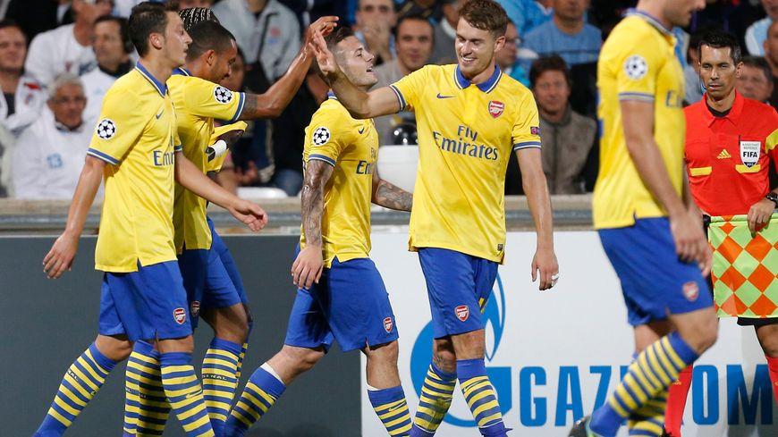 Theo Walcott, auteur du premier but d'Arsenal, est félicité par ses coéquipiers