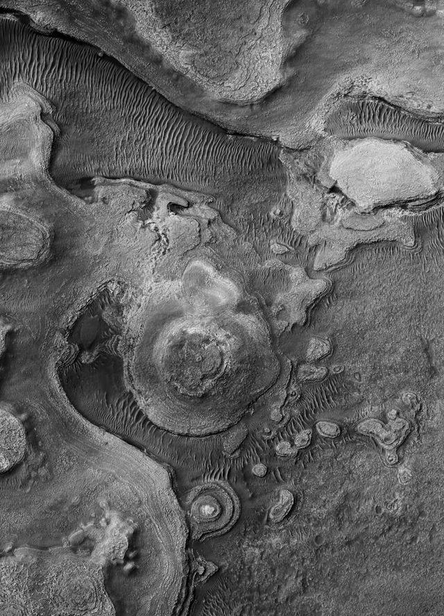Buttes sédimentaires stratifiées dans la région d'Argyre