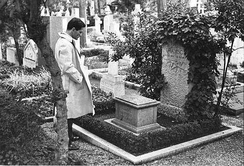 Pier Paolo Pasolini devant la tombe d'Antonio Gramsci au cimetière des Anglais de Rome