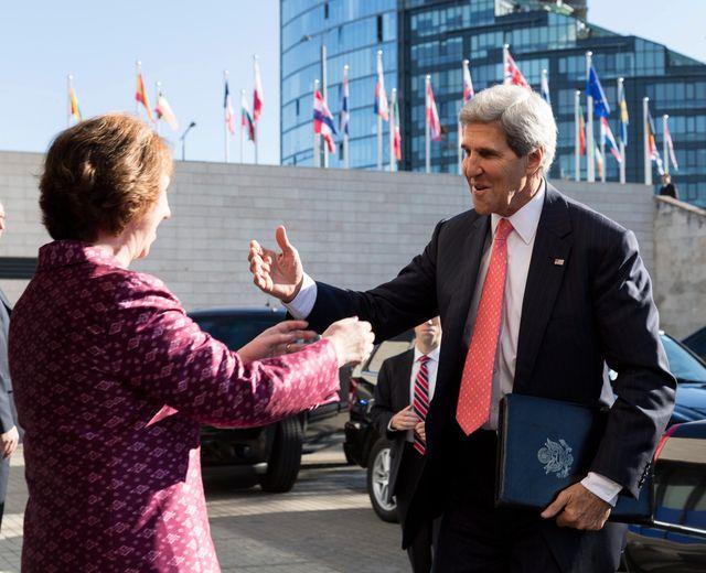 La chef de la diplomatie européenne Catherine Ashton accueille John Kerry à Vilnius