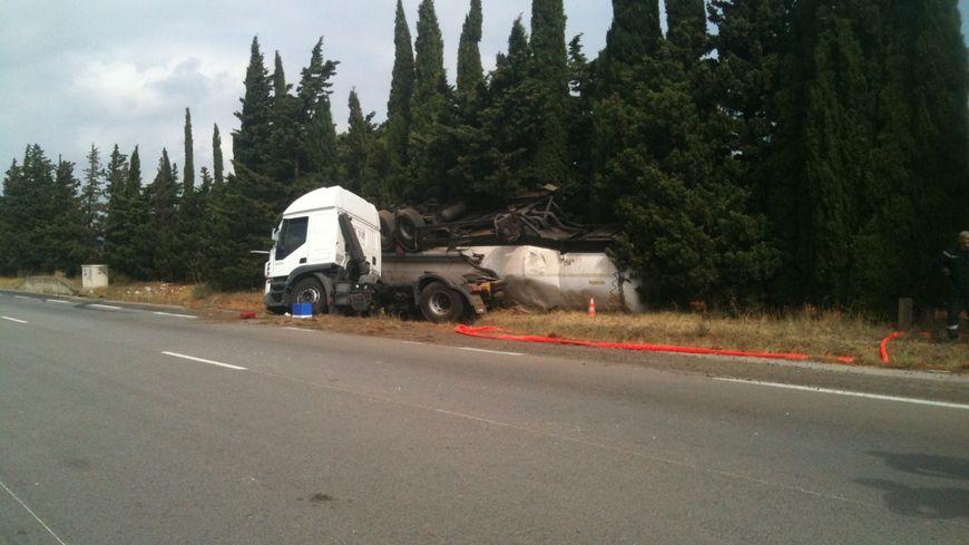 Le camion s'est couché sur la chaussée