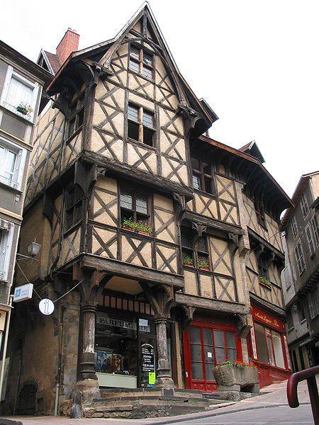 Thiers (Puy-de-Dôme) - Place du Pirou - l'Hôtel du Pirou - Maison à colombage du XVe siècle.