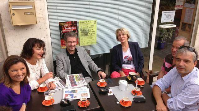 Antoine Audi et son équipe de campagne en train de boire un café sur la place du Coderc à Périgueux