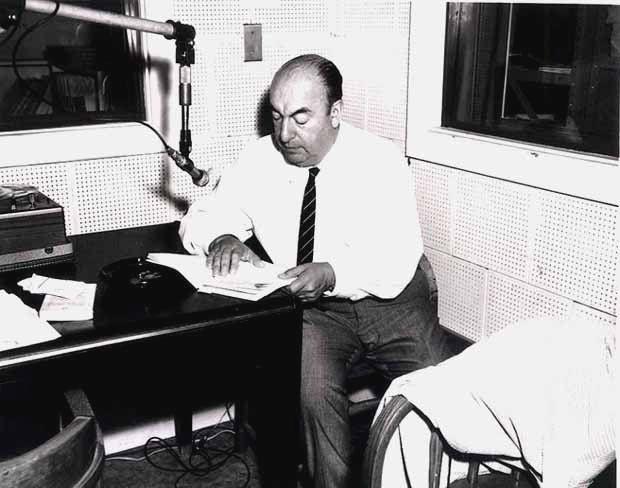 Pablo Neruda enregistrant un poème à la Librairie du Congrès américain le 20 juin 1966