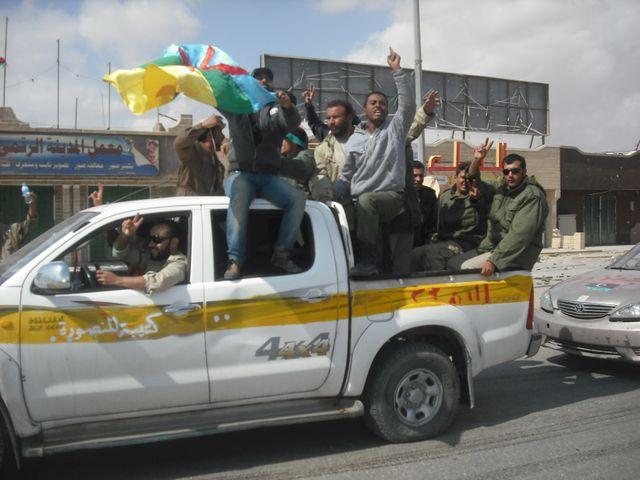 Des Libyens fêtant la mort de Kadhafi, 20 octobre 2011