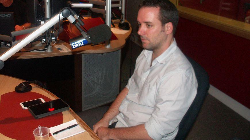 Guillaume Valdenaire dans le studio de France Bleu Gironde