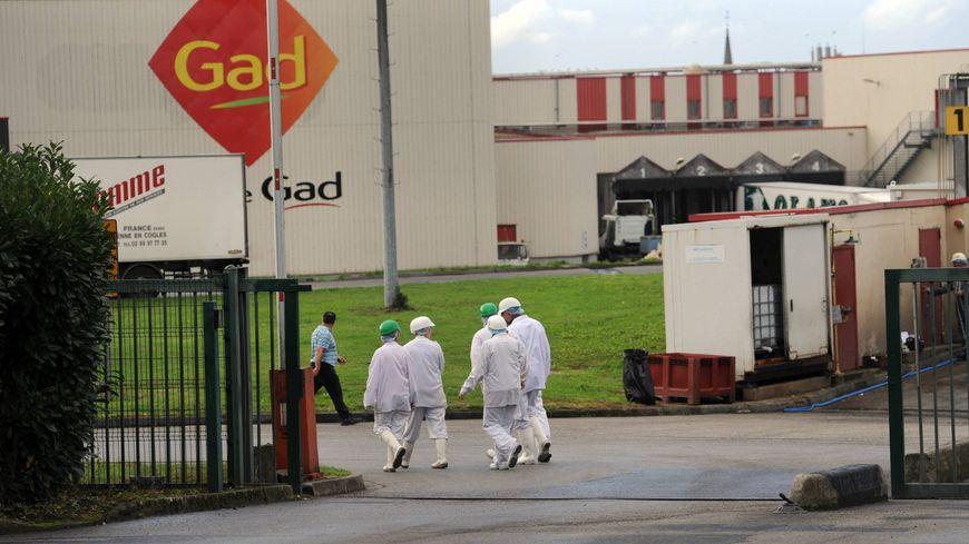 Des salariés devant l'abattoir Gad, à Josselin (Morbihan)