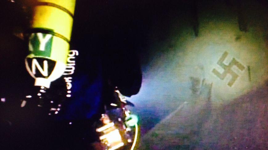 """Les plongeurs découvrent l'épave de l'appareil, extrait de """"l'avion du lac"""""""