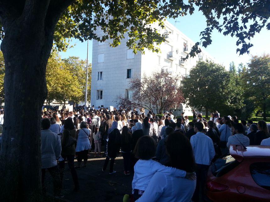 Le cortège est parti devant l'immeuble où a eu lieu le drame
