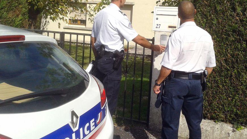 Des policiers mènent l'opération à Pessac.