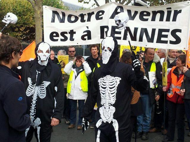 La manifestation des salariés d'Alcatel devant le siège