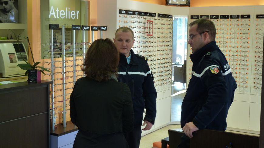 Des gendarmes conseillent une opticienne contre les cambriolages à Anneyron dans la Drôme / ne pas changer ce titre SVP
