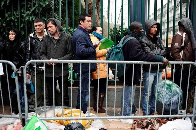Etrangers attendant de déposer leur dossier de demande d'asile à la prefecture de Paris porte de Clignancourt le 30/03/2011