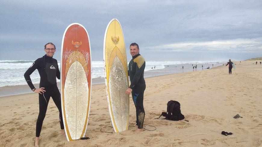 Julien et Mickaël sont venus profiter des derniers jours de beau temps pour pratiquer le surf à Lacanau.