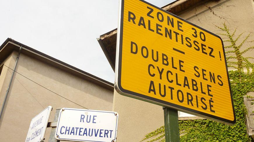 Les panneaux zone 30 quadrillent le quartier Châteauvert à Valence.