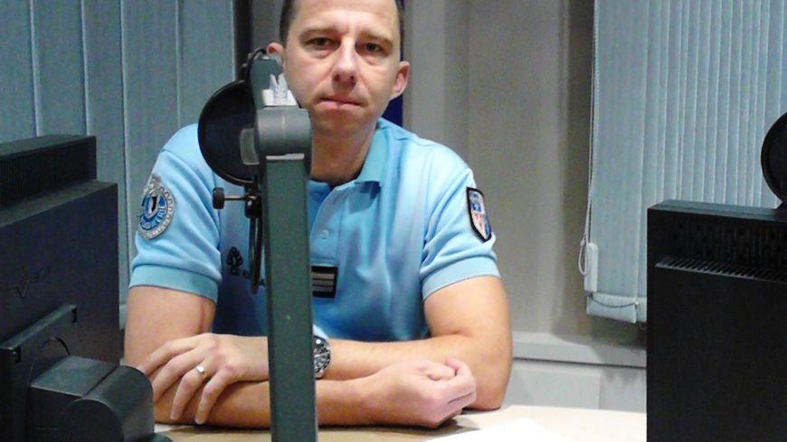 Le capitaine Sébastien Dargelas, chef de l'Escadron de Sécurité routière, à la gendarmerie de la Somme