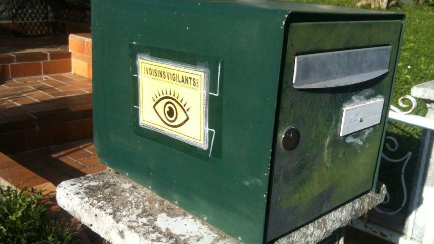 """Un autocollant de la communauté de """"voisins vigilants"""" à Meslières, dans le Doubs."""