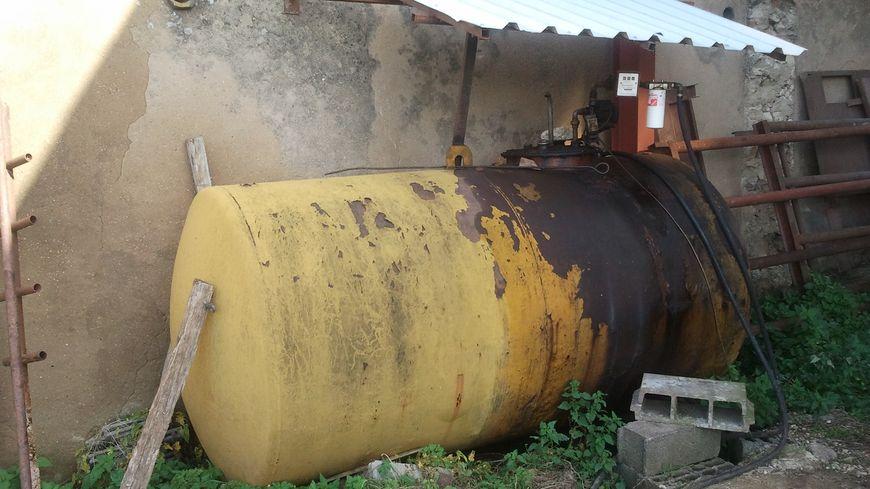 Fabrice Lallement, agriculteur près de Dieuze, remplit sa cuve de 5.000 litres de GNR quatre fois par an.
