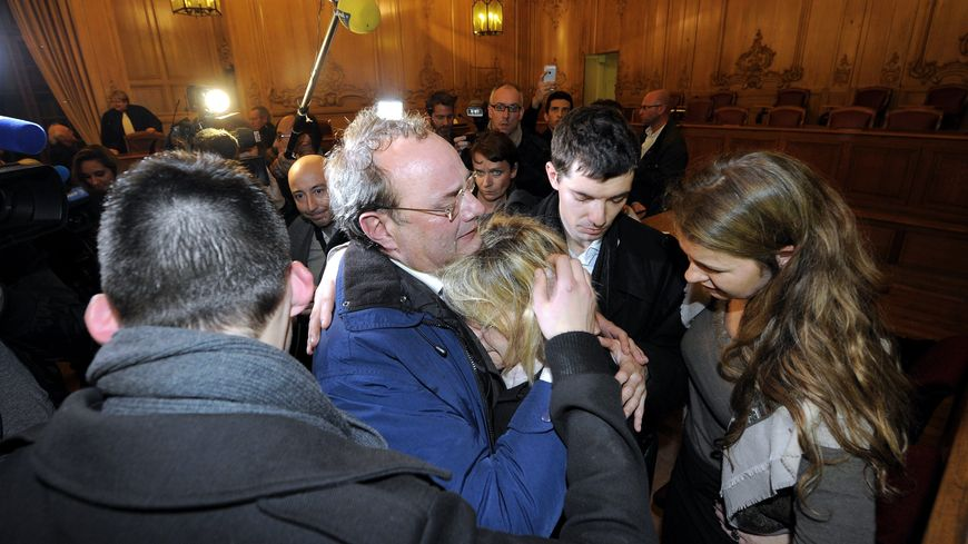 Jean-Louis Muller, acquitté, dans les bras de sa famille, le 31 octobre 2013.