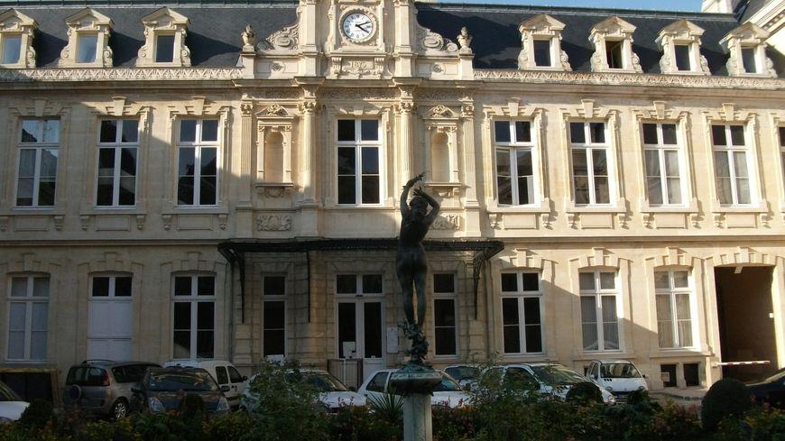 la façade nord de l'hotel de ville de Reims