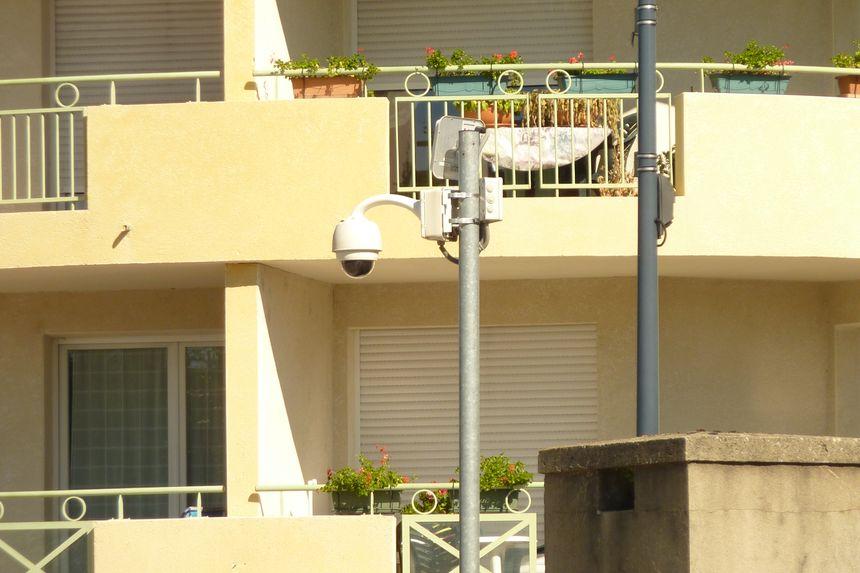 L'un des 6 dômes de caméras de vidéosurveillance dans le centre de Chatuzange le Goubet dans la Drôme.