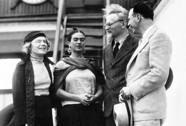 Frida Kahlo entourée de Léon Trotski et de son épouse Natalia Sedova - 7 janvier 1937