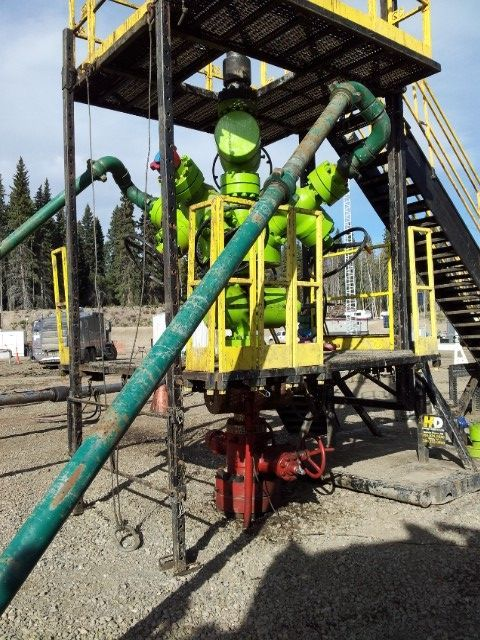 Pour la fracturation, l'eau additionnée de sables et produits chimiques est envoyée sous forte pression dans le puits