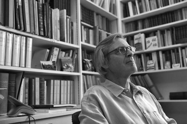 Benoit Prot au milieu de ses livres