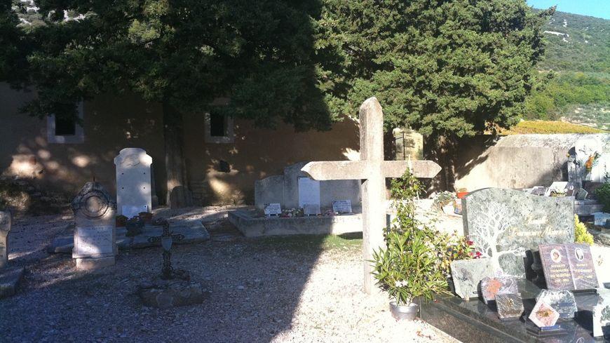 Des habitants du Vaucluse se font enterrer dans leur cimetière de la Drôme.